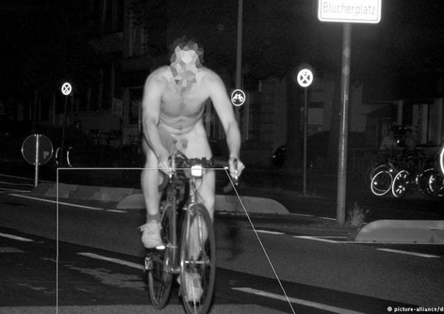 Спастись от жары: в Германии голый велосипедист нарушил скоростной режим
