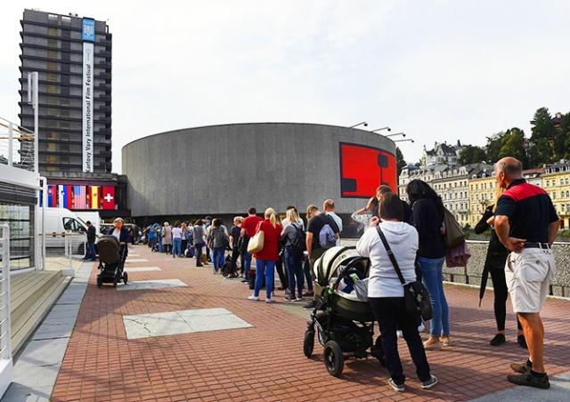 Десятки человек отравились на кинофестивале в Каровых Варах
