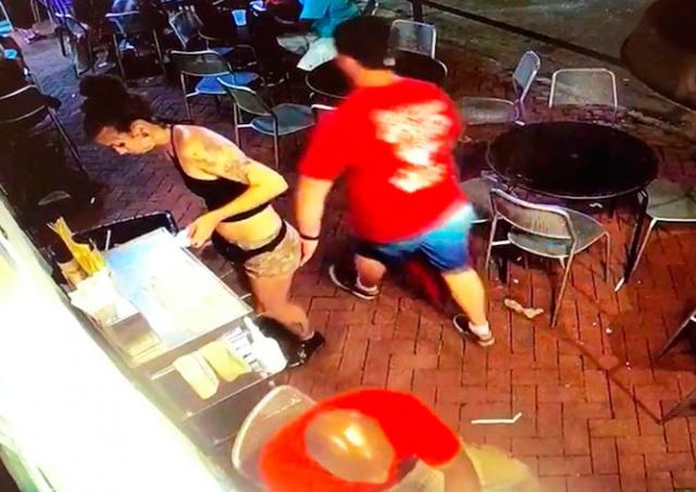 Официантка дала сокрушительный отпор ущипнувшему её посетителю: видео