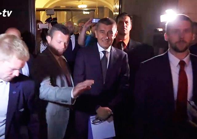 Демонстранты закидали премьера Чехии бутылками: видео
