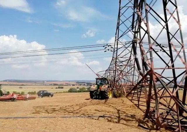 В Чехии тракторист врезался в опору ЛЭП: уголовное дело и 70 млн ущерба