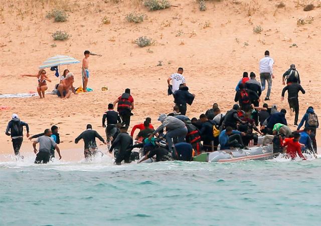 Нелегалы высадились на испанский пляж, шокировав туристов: видео