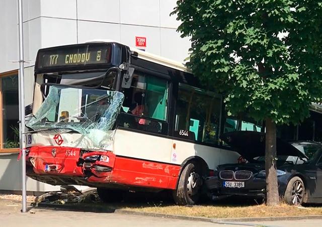 В Праге автобус врезался в здание госведомства: видео