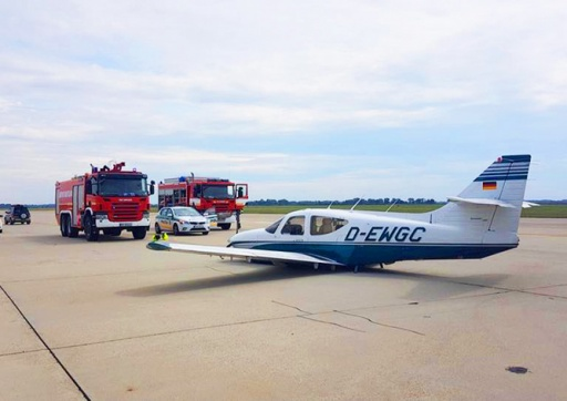 Чешский пилот забыл выпустить шасси при посадке: видео
