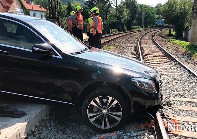 В Чехии пассажирский поезд едва не столкнулся с автомобилем