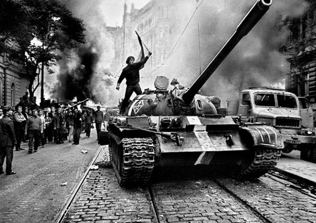 Опрос: половина россиян ничего не знают о вторжении СССР в Чехословакию