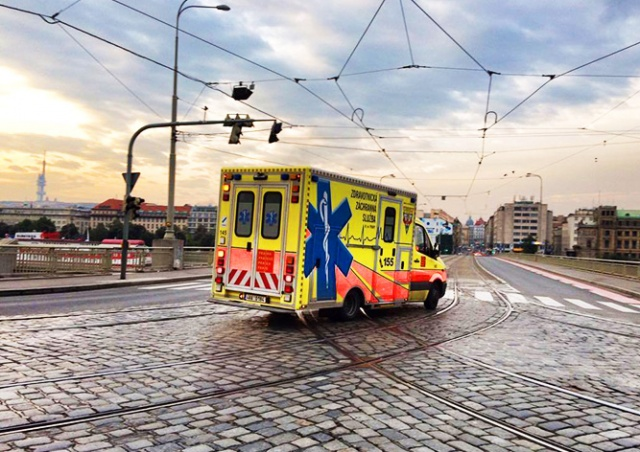 С октября водители в Чехии начнут пропускать «скорую» по новому правилу