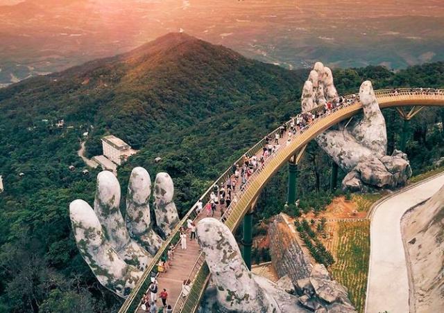 «В руках Бога»: необычный мост во Вьетнаме стал туристическим хитом
