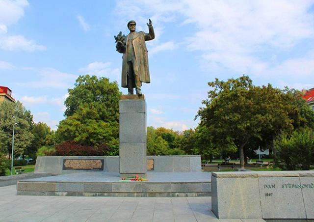 Россия осудила размещение пояснительных табличек на памятнике Коневу в Праге