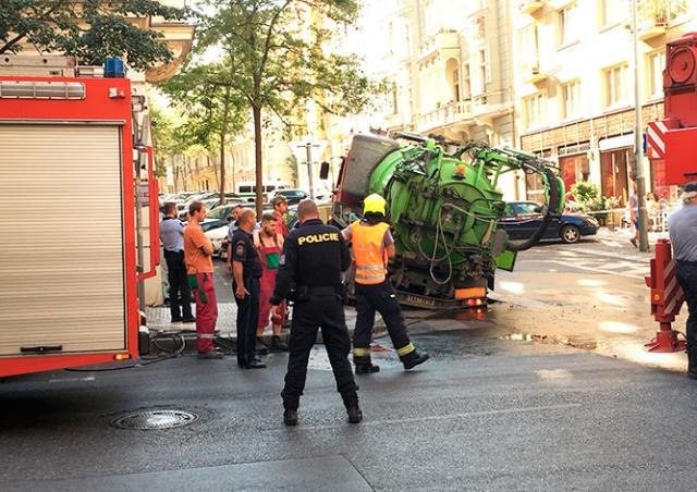 В центре Праги под грузовиком провалился асфальт