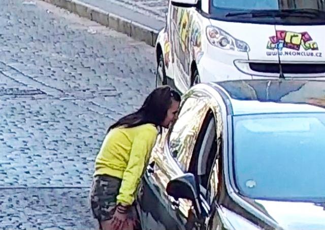 У жителя Праги украли из машины 200 тыс. крон: видео
