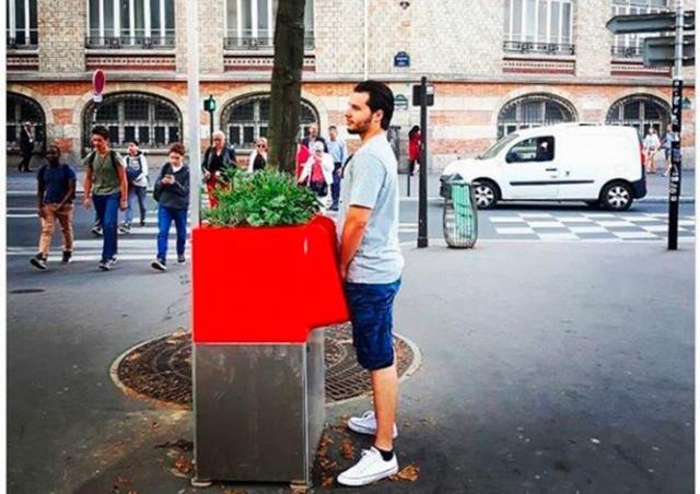 На улицах Парижа установили экописсуары под открытым небом