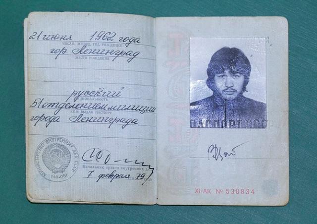Петербуржец выставил на аукцион паспорт и рукописи Виктора Цоя