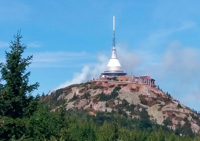 На горе Йештед в Чехии горит лес: видео