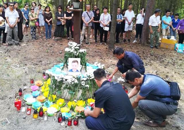 Почтить память утонувших под Прагой детей пришли 150 человек