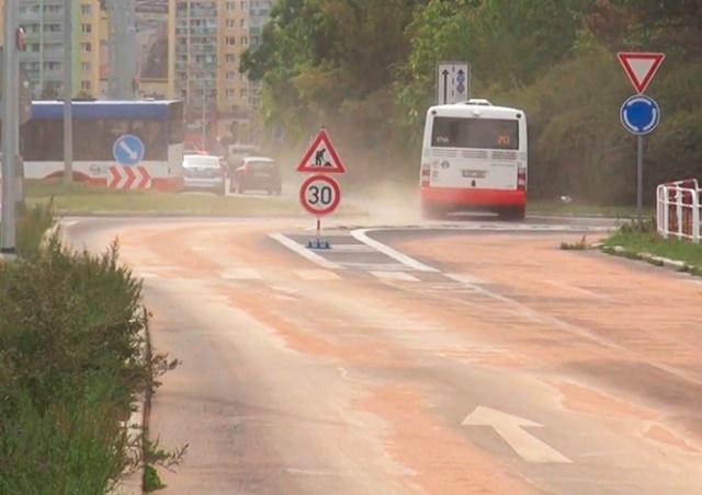 Дорога в Праге превратилась в каток из-за пролитого масла: видео