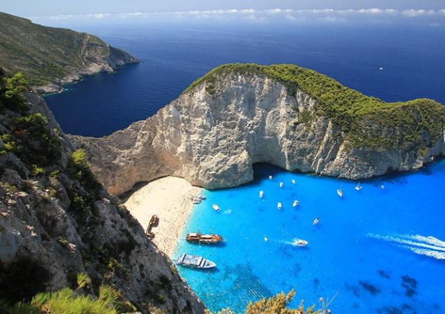 Чешские туристы пострадали при обрушении скалы в Греции: видео