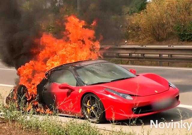 На шоссе в Праге сгорела Ferrari