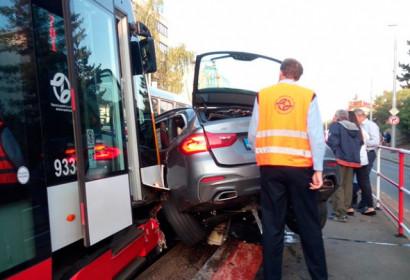 В Праге трамвай столкнулся с автомобилем