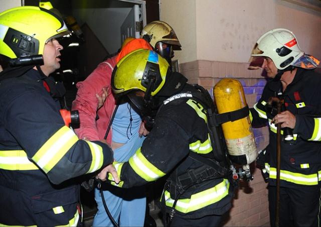 Пражские пожарные спасли из огня 17 человек и кошку