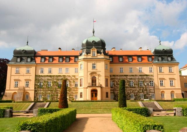 Резиденцию президента Чехии открыли для туристов: видео