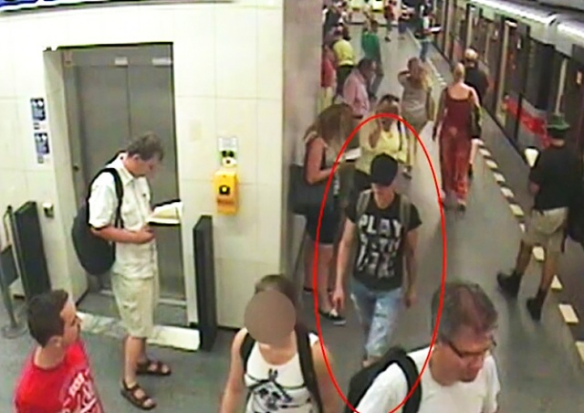 Фото девушки в метро в юбках — 11