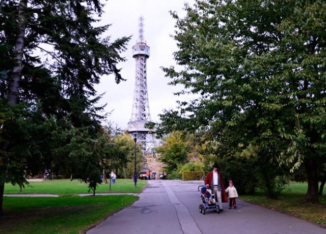 На Петршинской башне в Праге вывесят огромные туристические указатели