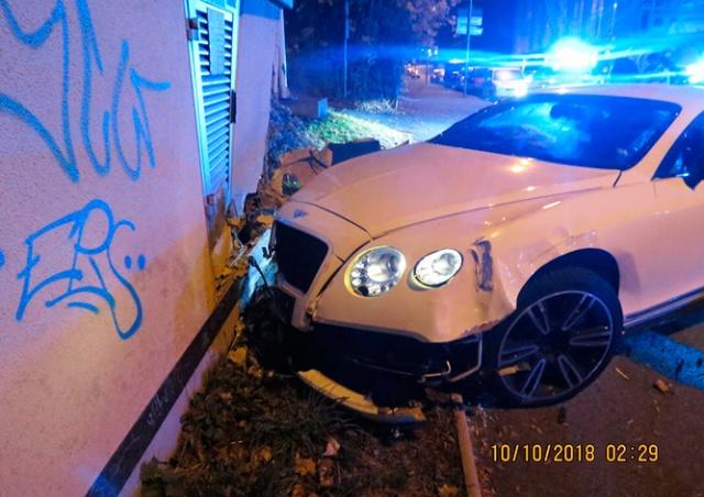 В Чехии водитель разбил свой Bentley, скрываясь от полиции: видео