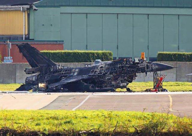 Не та кнопка: в Бельгии механик случайно расстрелял истребитель F-16