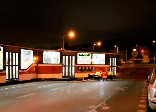В Праге трамвай сошел с рельсов