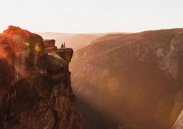 Фотограф через соцсети разыскал пару, которую случайно заснял в парке Йосемити