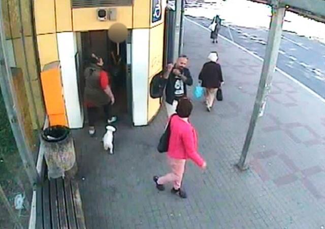 В Праге неизвестный угрожал ножом пассажирке лифта: видео