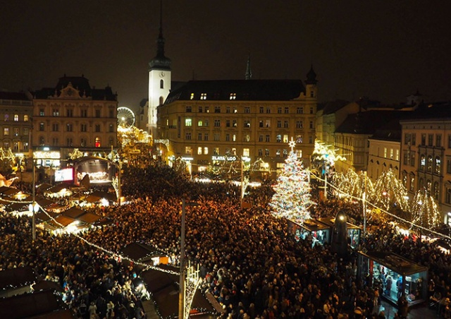 В центре Брно зажгли рождественскую елку: видео
