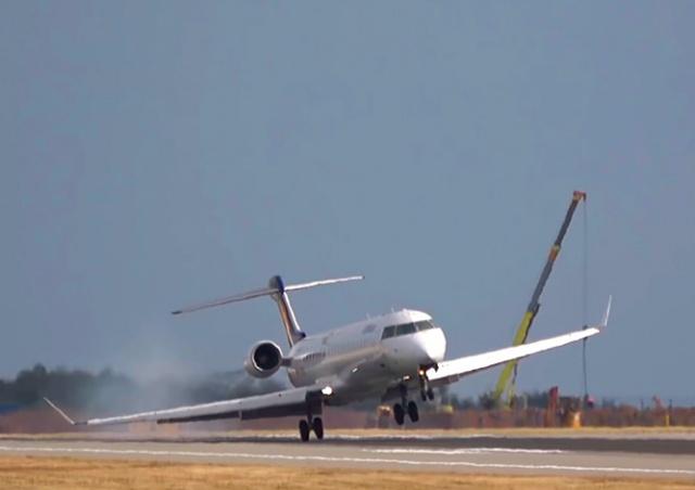 Самолет едва не зацепил крылом землю при посадке в Праге: видео