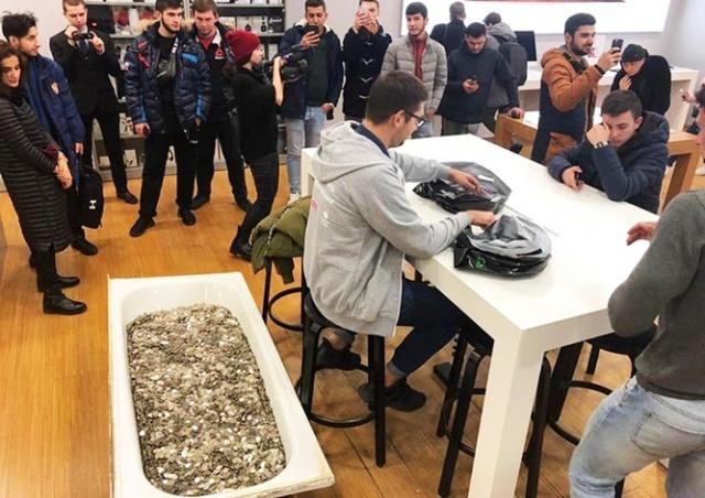 В Москве покупатель расплатился за iPhone мелочью