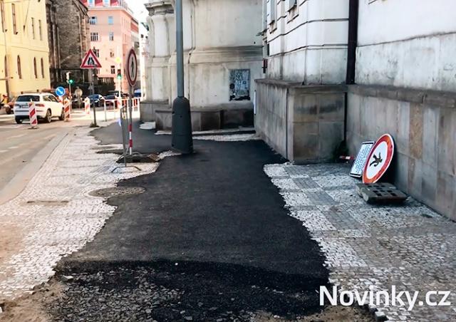 В Праге заасфальтировали мощеный тротуар