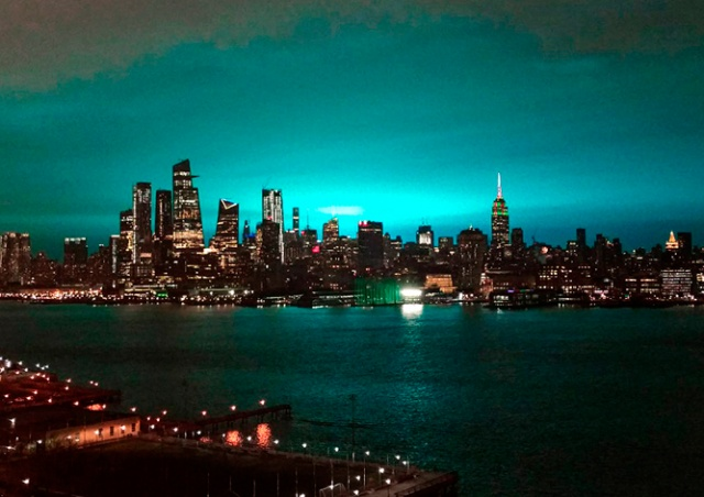 Небо над Нью-Йорком озарила пульсирующая голубая вспышка