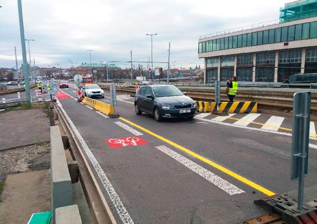 Проблемный мост у станции метро Vltavská открыли для автомобилей