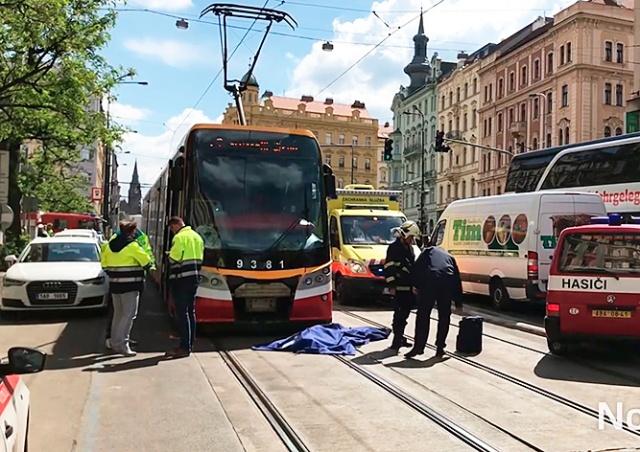 Сами виноваты: полиция Праги закрыла дело о гибели пешеходов под трамваем