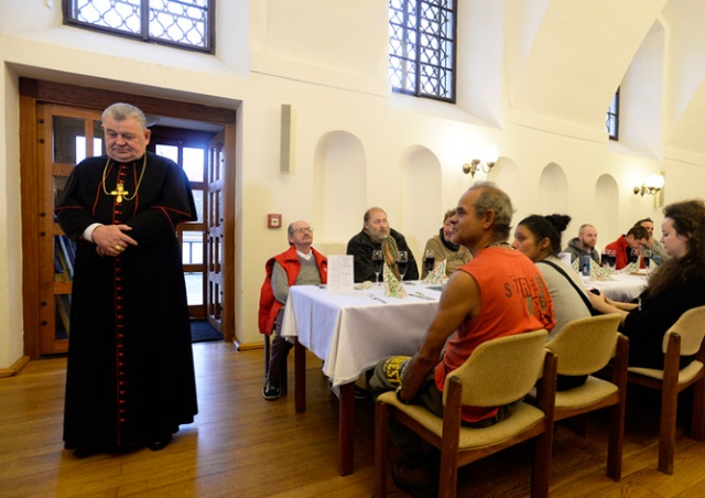 Архиепископ Праги угостил рождественским обедом сотни бездомных