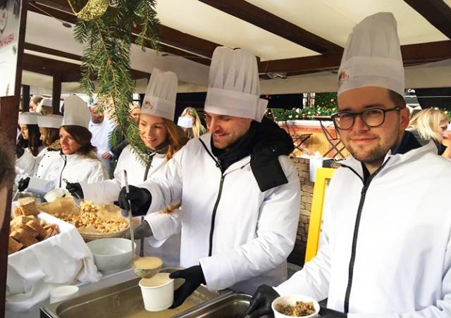 Мэр Праги угостил горожан рождественским супом