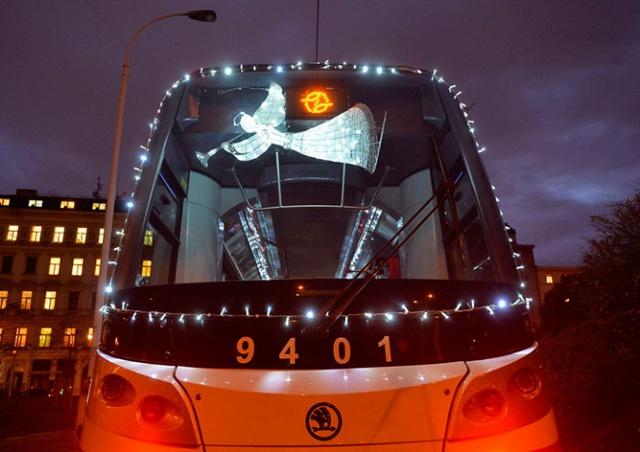 На улицы Праги вышел рождественский трамвай