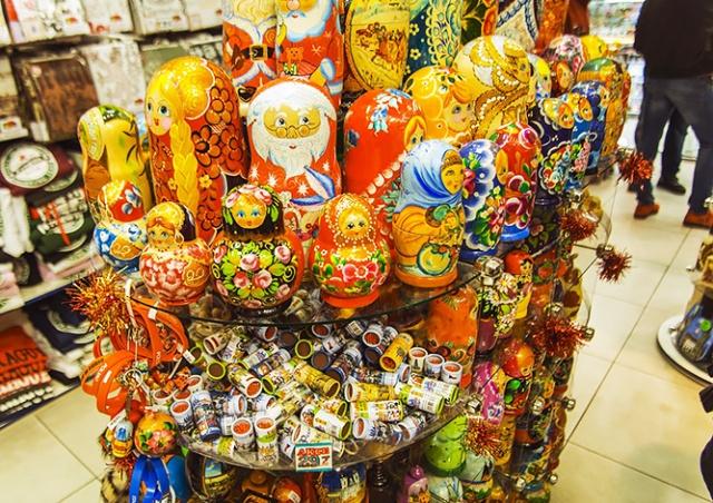 В центре Праги запретят продавать матрешки, ушанки и другие «безвкусные сувениры»