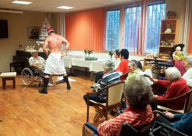 В Чехии пенсионерки заказали стриптизера в дом престарелых