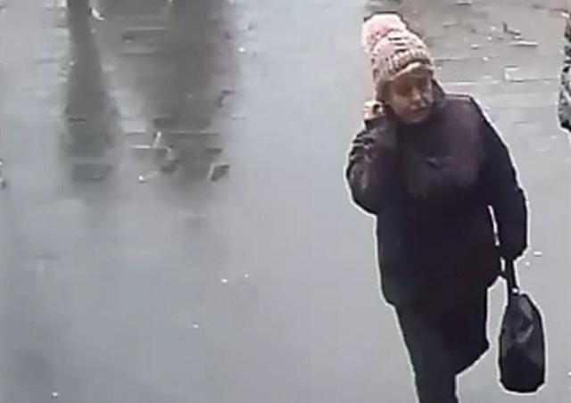 В Праге неизвестная присвоила найденный ноутбук: видео