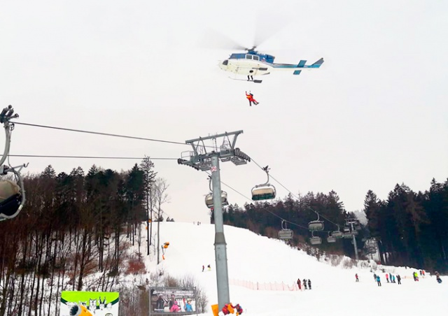 В Чехии 70 лыжников застряли на подъемнике из-за упавшего дерева