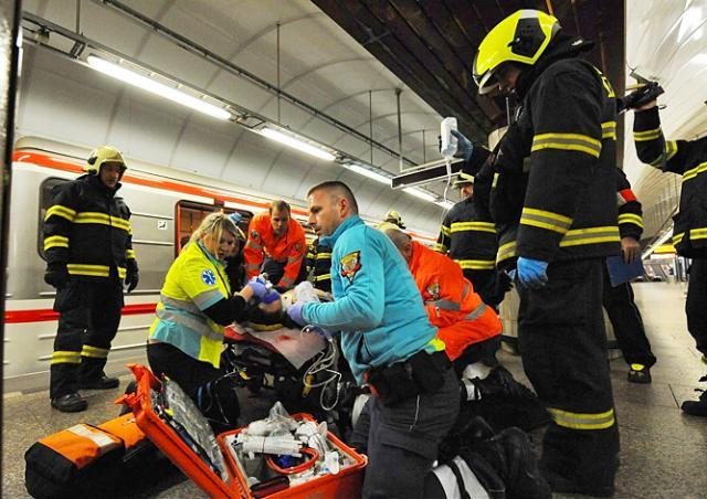 Человек упал под поезд в метро Праги