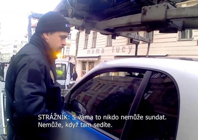 В Праге полицейские силой вытащили из машины непослушного водителя: видео