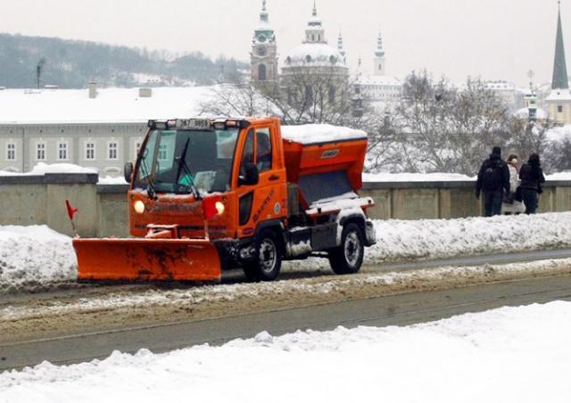 Чехию засыпало снегом: видео