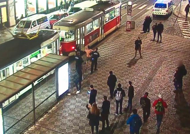 Иностранец в одних трусах донимал пассажиров в центре Праги: видео